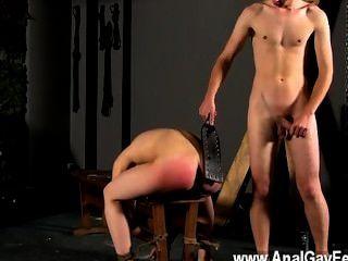 性感的同性戀綁在與他的孔的長凳顯示,克里斯蒂安第一