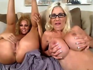 兩個熱女同志喜歡和玩弄兩個洞