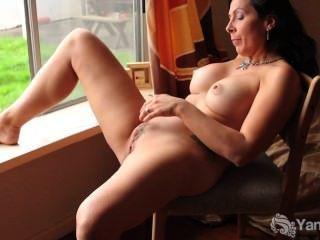 角質蕩婦摩擦她的貓在窗前
