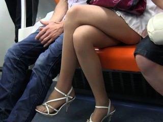 性感的青少年的尼龍腳和腿在純粹尼龍在火車