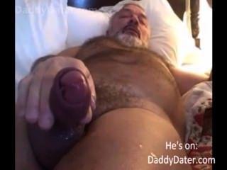 毛茸茸的hung daddybear祖父吹他的負載在相機鏡頭