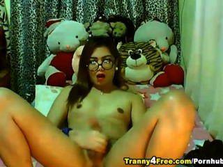 逗人喜愛的tranny使用她大堅硬公雞