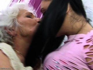 她愛她的奶奶這麼多....