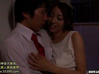 日本女孩攻擊jav按摩女孩在kitchen.avi