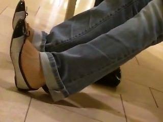 坦率的亞洲十幾歲腳shoeplay搖擺