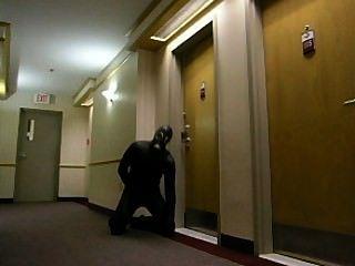 角質蛙人偷進酒店,進入酒店房間