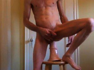 木馬馬陰莖,剃光硬公雞和拉伸屁股他媽的和拳交