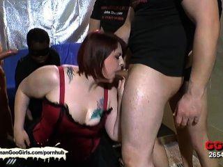 性感bbw寶貝kim得到她的嘴上了一群人