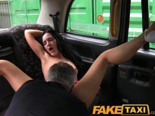 faketaxi淘氣利物浦女孩變髒