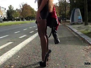 最好的順從妓女在氨綸超短裙