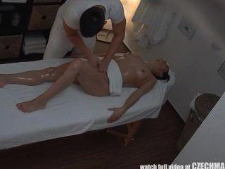 青少年女孩得到hard他媽的massagetable