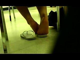德國女孩腳在圖書館裡